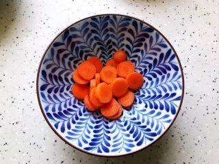 不一样的早餐手抓饼,手指胡萝卜洗净之后切成片