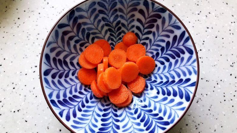 不一样的早餐手抓饼,<a style='color:red;display:inline-block;' href='/shicai/ 2853'>手指胡萝卜</a>洗净之后切成片