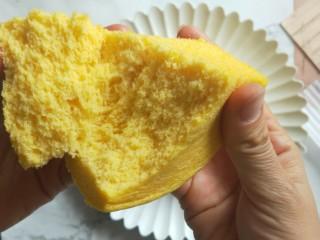 南瓜蒸蛋糕,掰开,很松软。好吃不上火。