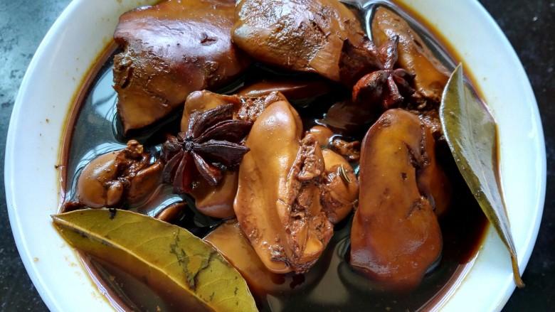 五香卤鸭肝,盛出浸泡汤汁使鸭肝更入味