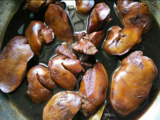 五香卤鸭肝,最后小火炖煮半小时煮致上色入味即可出锅