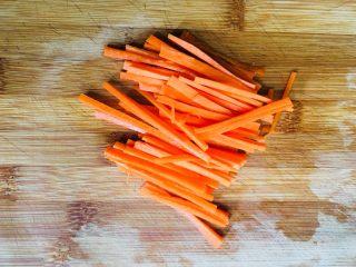 鸡蛋新吃法杂蔬蛋丝,胡萝卜去皮洗净切成丝