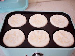 糯米豆沙饼,放入饼胚,小火慢煎至表面金黄色