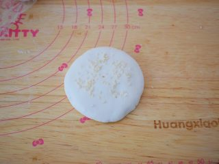 糯米豆沙饼,表面再撒上白芝麻,再轻轻按压使之服贴