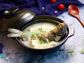 如何做出奶白色的鲫鱼豆腐汤?营养丰富,记得多喝