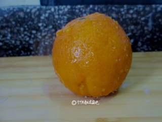 自制水果茶,橙子皮用盐擦洗,用水成功洗干净表皮