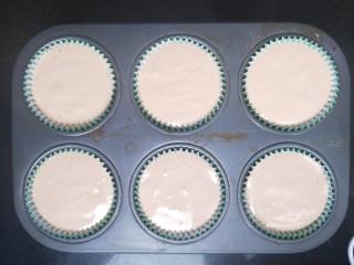 小熊纸杯蛋糕,把面糊装进裱花袋里,比较好操作。挤入纸杯。8分满。