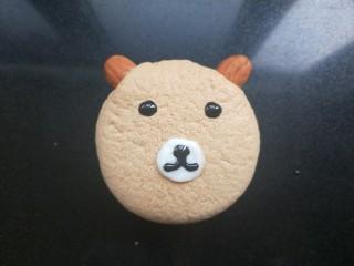 小熊纸杯蛋糕,用巧克力酱(我用的黑芝麻酱)画出眼睛,鼻子。