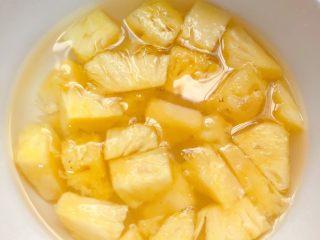 菠萝咕咾肉,菠萝切小块,在淡盐水里泡一会儿