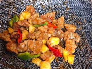 菠萝咕咾肉,快速翻炒均匀出锅,整个过程一定要快,不然肉就不脆了