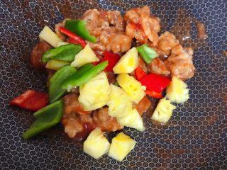 菠萝咕咾肉,放入菠萝和青红椒