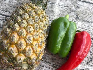 菠萝咕咾肉,水淀粉勾芡