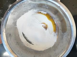 小熊纸杯蛋糕,然后筛入低筋面粉