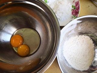 无油鸡蛋小饼干,先准备好所需要的食材,分别称得,再将蛋黄与鸡蛋放在一个无油无水干净的盆里,