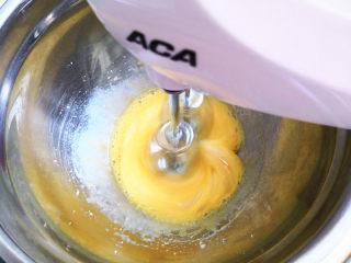 无油鸡蛋小饼干,用电动打蛋器打发蛋液,白糖分三次加入,这样打出来的蛋液更细腻,