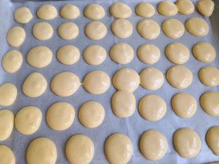 无油鸡蛋小饼干,烤盘上铺一张油纸,起到防粘的效果,然后裱花袋剪一个小口,将面糊挤到烤盘上,速度要快,不然就变稀了,很容易消泡的,