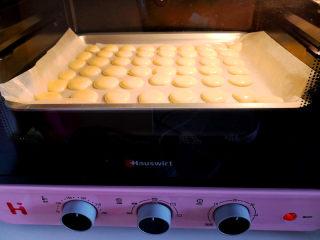 无油鸡蛋小饼干,烤箱预热,上下火,中层160度,烤15——18分钟,具体还要看自己的烤箱。