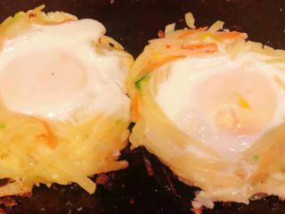 土豆胡萝卜抱蛋,煎至鸡蛋定型熟时土豆和胡萝卜也熟了即可出锅