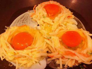 土豆胡萝卜抱蛋,鸡蛋分别打入预留的圈中盖上盖子中小火开始煎制