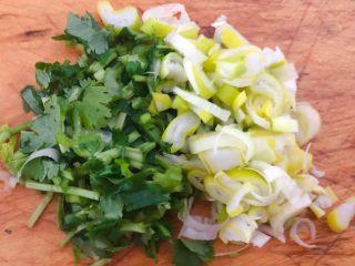 土豆胡萝卜抱蛋,葱花和香菜切好备用
