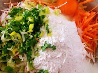 土豆胡萝卜抱蛋,放入葱花、香菜、面粉、打入一个鸡蛋、盐、味精、半勺油、少许清水