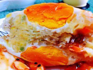 土豆胡萝卜抱蛋,把美味的抱蛋饼一切为二看着就超级有食欲哦