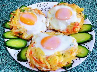 土豆胡萝卜抱蛋,黄瓜切成摆在盘中做装饰再摆上煎好的土豆胡萝卜抱蛋