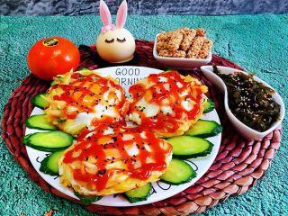 土豆胡萝卜抱蛋,早餐要丰富营养所以就搭配了凉拌海带丝、小兔甜品、芝麻酥、水果