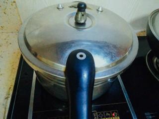 冬瓜排骨汤,盖上盖子,大火压20分钟