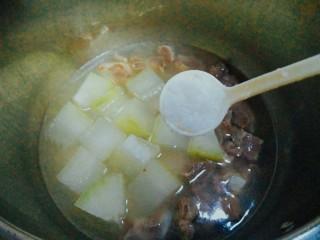 冬瓜排骨汤,五分钟之后关火等高压锅自然放气后打开盖子,根据个人口味放入盐巴,味精调味