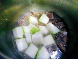 冬瓜排骨汤,20分钟后关火,等排骨自然放气后,下冬瓜,再次盖上盖子压了5分钟