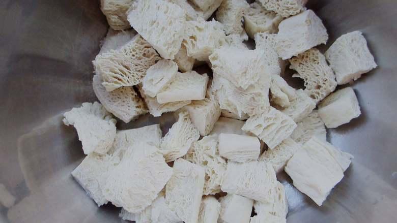 凉拌冻豆腐,挤干冻豆腐里面的水份