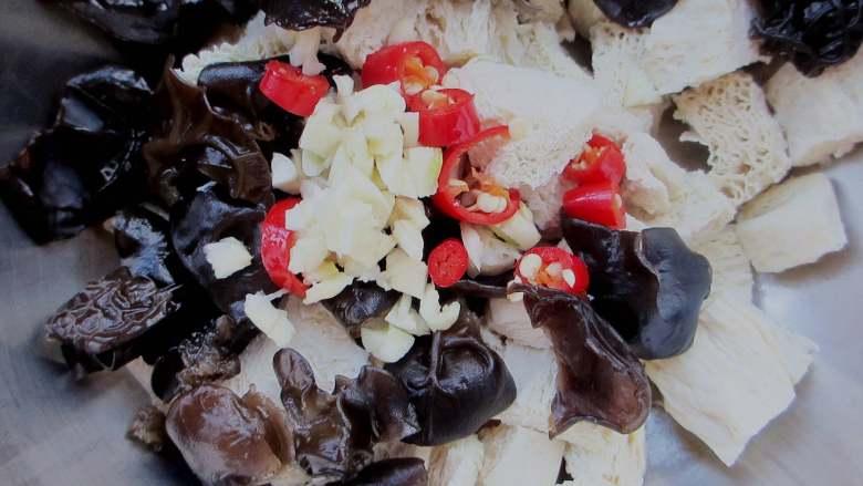 凉拌冻豆腐,把木耳跟冻豆腐放一起,放入蒜米、小米椒