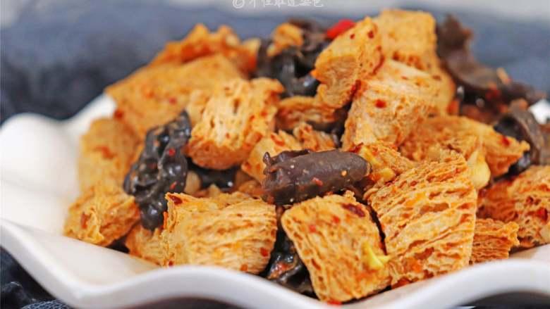 凉拌冻豆腐,冻豆腐是很能吸酱汁的,在口中仿佛就像爆炸一般,鲜香的酱汁味道充满口腔,再来一筷子的木耳吃起来是格外的爽。