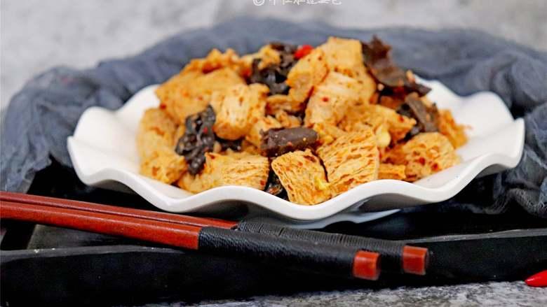 凉拌冻豆腐,如能经常吃冻豆腐,有利于脂肪排泄,使体内积蓄的脂肪不断减少,达到减肥的目的。