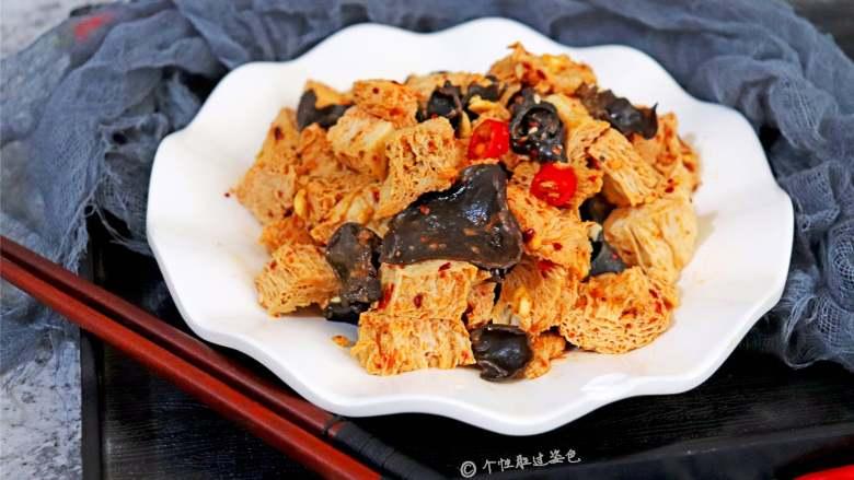 凉拌冻豆腐,把冻豆腐当面筋一样的做成凉拌菜,也是清爽美味的小菜