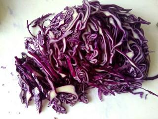 凉拌紫甘蓝,紫甘蓝切细丝