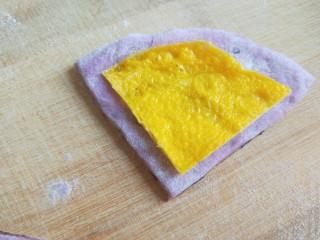 紫薯蜜豆蛋黄花卷,切好的蛋黄放在面皮。