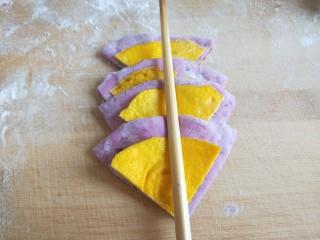 紫薯蜜豆蛋黄花卷,如图所示一层面皮一层蛋皮,中间用筷子压出印。