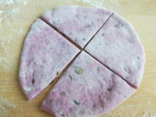 紫薯蜜豆蛋黄花卷,切成四块。