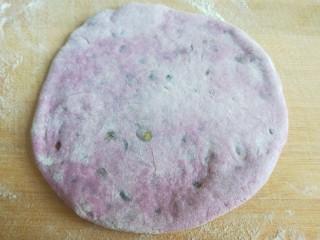 紫薯蜜豆蛋黄花卷,擀成小圆饼。