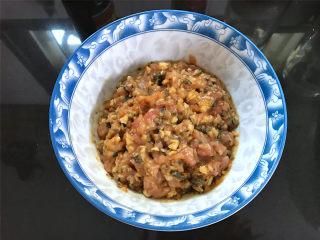 香辣田螺塞肉,把绞好的肉取出,放入碗中,加入适量料酒,少许盐,生抽调味后搅拌均匀。