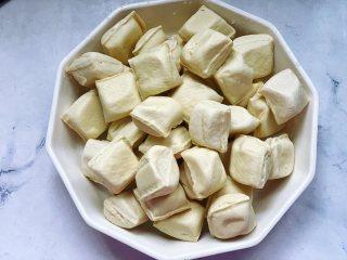 锅包豆腐,首先准备好需要的食材,拆开包装好的豆腐,用清水冲洗一遍,然后沥干水备用。