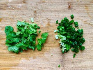 锅包豆腐,接着将香菜去根后洗净,切成小段,香葱去根后洗净切碎。
