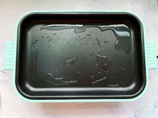 锅包豆腐,在多功能锅里倒入少许油,调中火预热,没有多功能锅直接用平底锅就可以。
