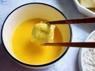 锅包豆腐,然后把滚了面粉的豆腐放入到打散的蛋液里,让每个面都裹上蛋液。裹上蛋液再煎比直接下锅煎色泽更漂亮。