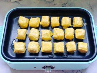 锅包豆腐,再把豆腐放到多功能锅里中小火慢煎。