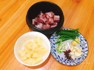 土豆炖排骨,土豆切块用水泡着防止氧化,备用