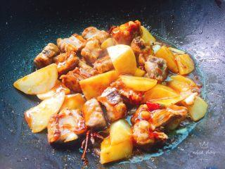 土豆炖排骨,蚝油,生抽翻炒均匀