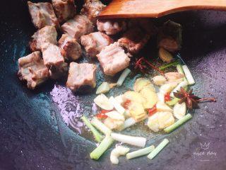 土豆炖排骨,放入葱姜蒜,八角干辣椒爆香